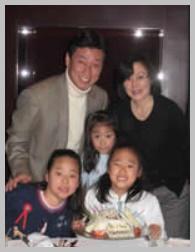 西村康稔の家族は妻と3人の娘