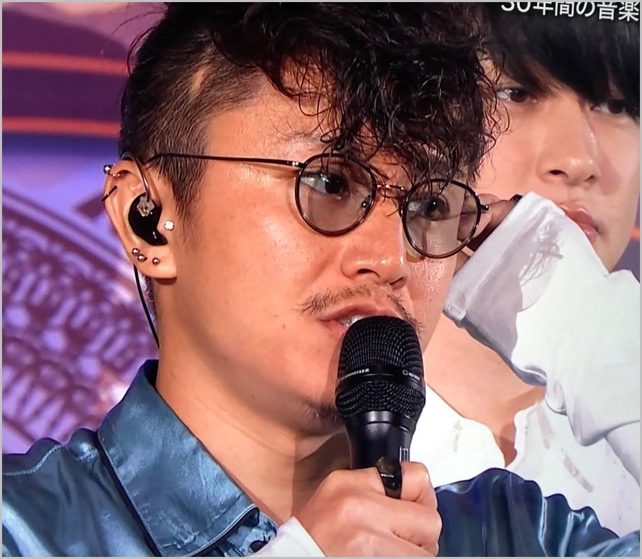 安田章大が色つきメガネをしてい...