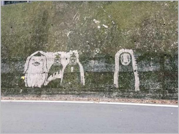 苔を削って描かれたジブリキャラクター(カオナシ)