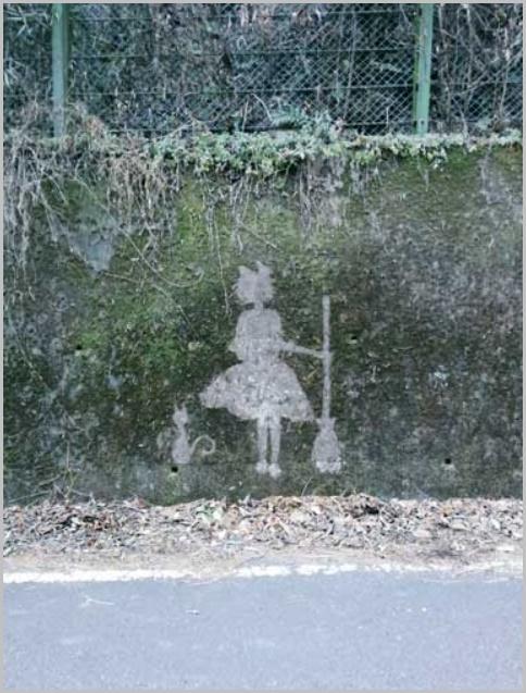 苔を削って描かれたジブリキャラクター(キキとジジ)