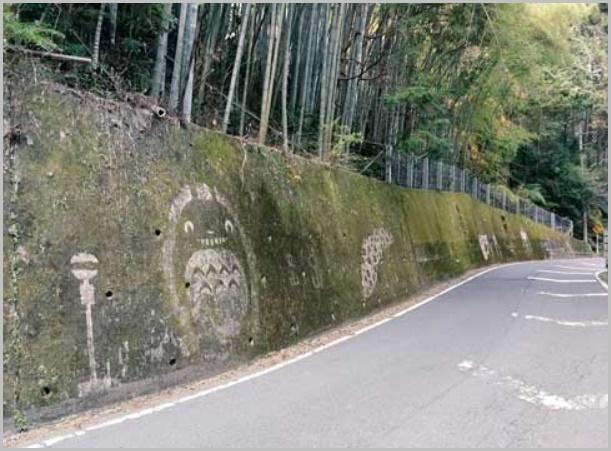 苔を削って描かれたジブリキャラクター(トトロ)