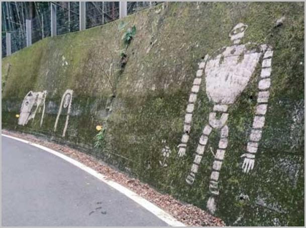 苔を削って描かれたジブリキャラクター(ロボット)