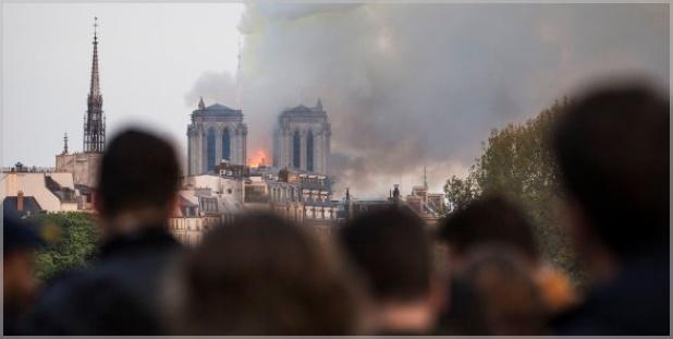 ノートルダム大聖堂火災でのパリ市民歌声動画