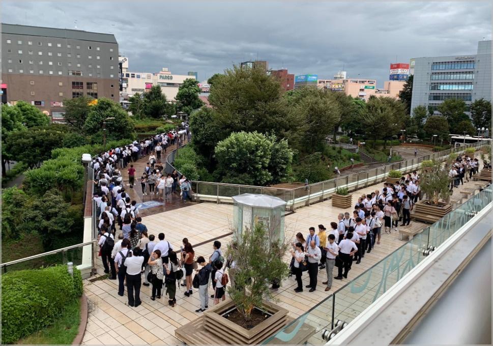 津田沼駅の長蛇の列画像(台風15号)